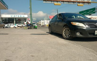 Motociclista Sufre Lesiones Leves al Chocar Contra Auto
