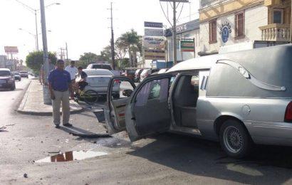 Choca Carroza Fúnebre con Fallecido a Bordo