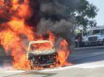 Tráiler Derriba Cables Sobre Camioneta y la Incendia