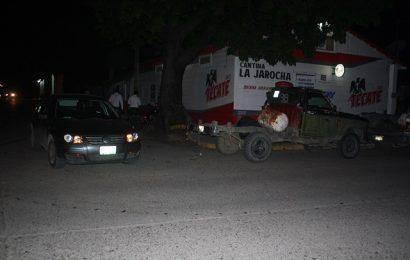 Sale de Bar y al Arrancar en su Camioneta Choca
