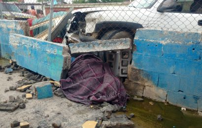 Chocan Camioneta y Sale Proyectada Contra Barda Donde Prensa y Mata a Viejita
