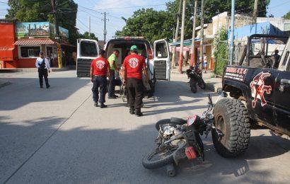 Veloz Motociclista Arrolla a Sujeto que Reparaba su Camioneta en la Calle
