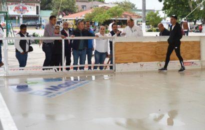 Supervisa Mateo Vázquez Avances en la Instalación de la Pista de Hielo.