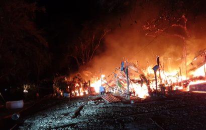 Feroz Incendio Arrasa con Viviendas en el Balneario El Nacimiento