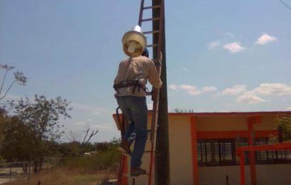 Municipio repara luminarias de los ejidos Trancas y Sauzal
