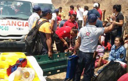 24 lesionados al caer autobús a barranco en Guerrero