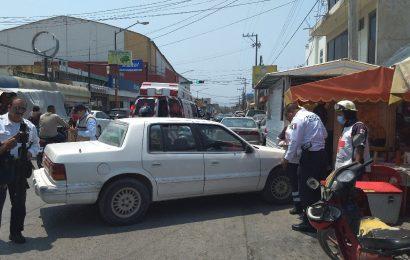 Mujer Herida al Chocar Auto contra Carretón de Tacos