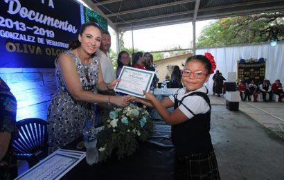 Noemy González Amadrina a Graduados de Primaria de El Mante