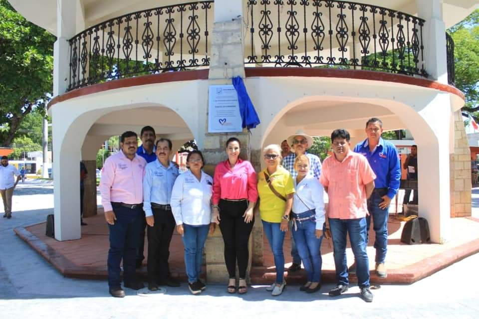 Noemy González Devela Placa por Remodelación de la Plaza de los Fundadores