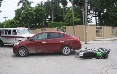 Dos Heridos al Estrellar Moto Contra Auto a las Afueras de la Prepa Mante