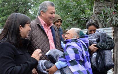 Ante Bajas Temperaturas Alcalde y Presidenta del DIF Entregan Cobijas a Personas en Estado de Vulnerabilidad