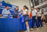 Alcalde Entrega Uniformes a Jóvenes Deportistas