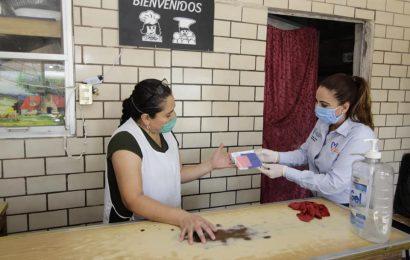 Alcaldesa Equipa con Cubrebocas a Comerciantes de Xicoténcatl