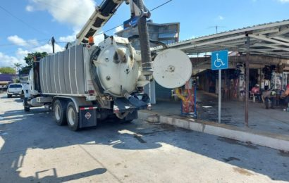 Dan Mantenimiento y limpieza a drenaje del mercado municipal